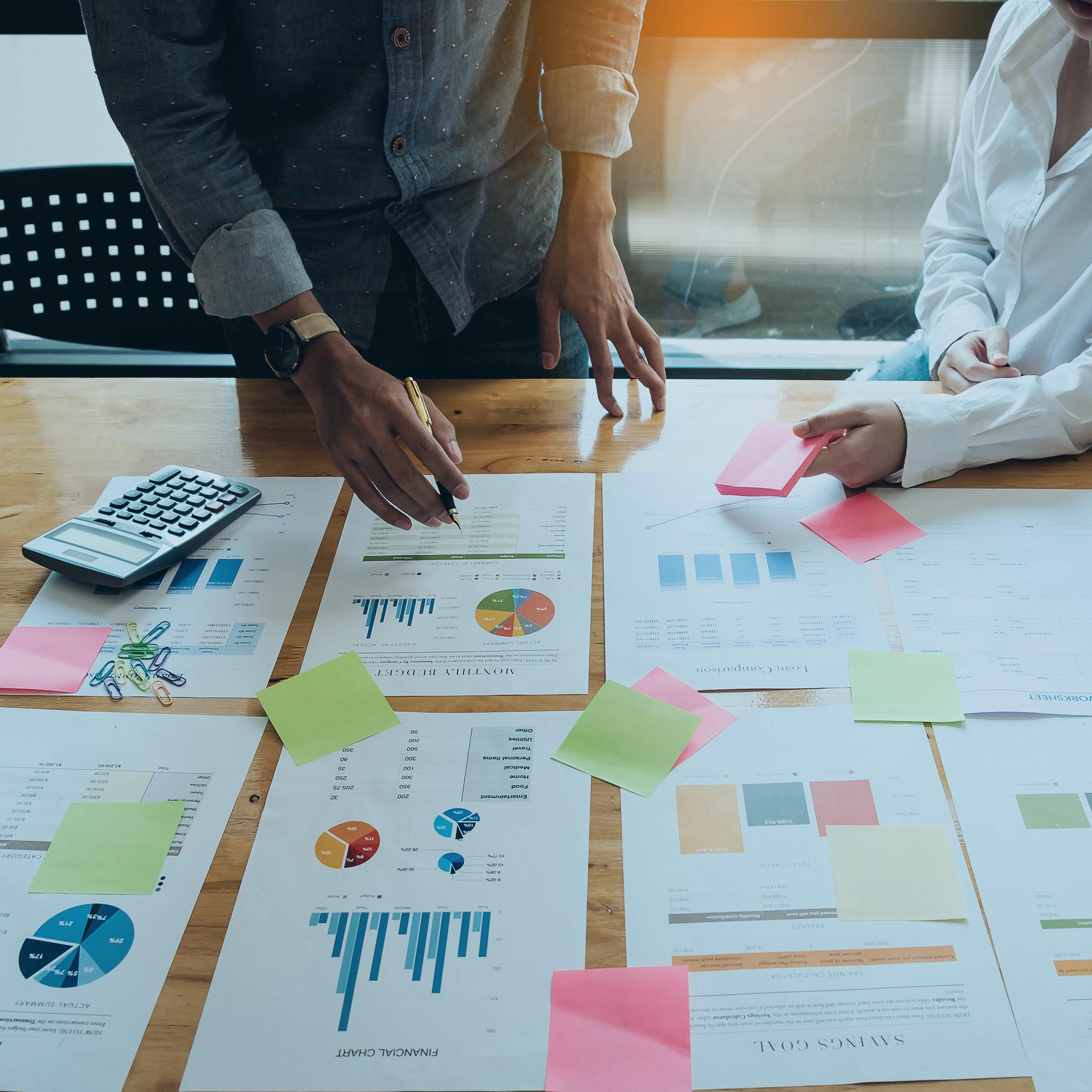 Leute besprechen Projektdiagramme