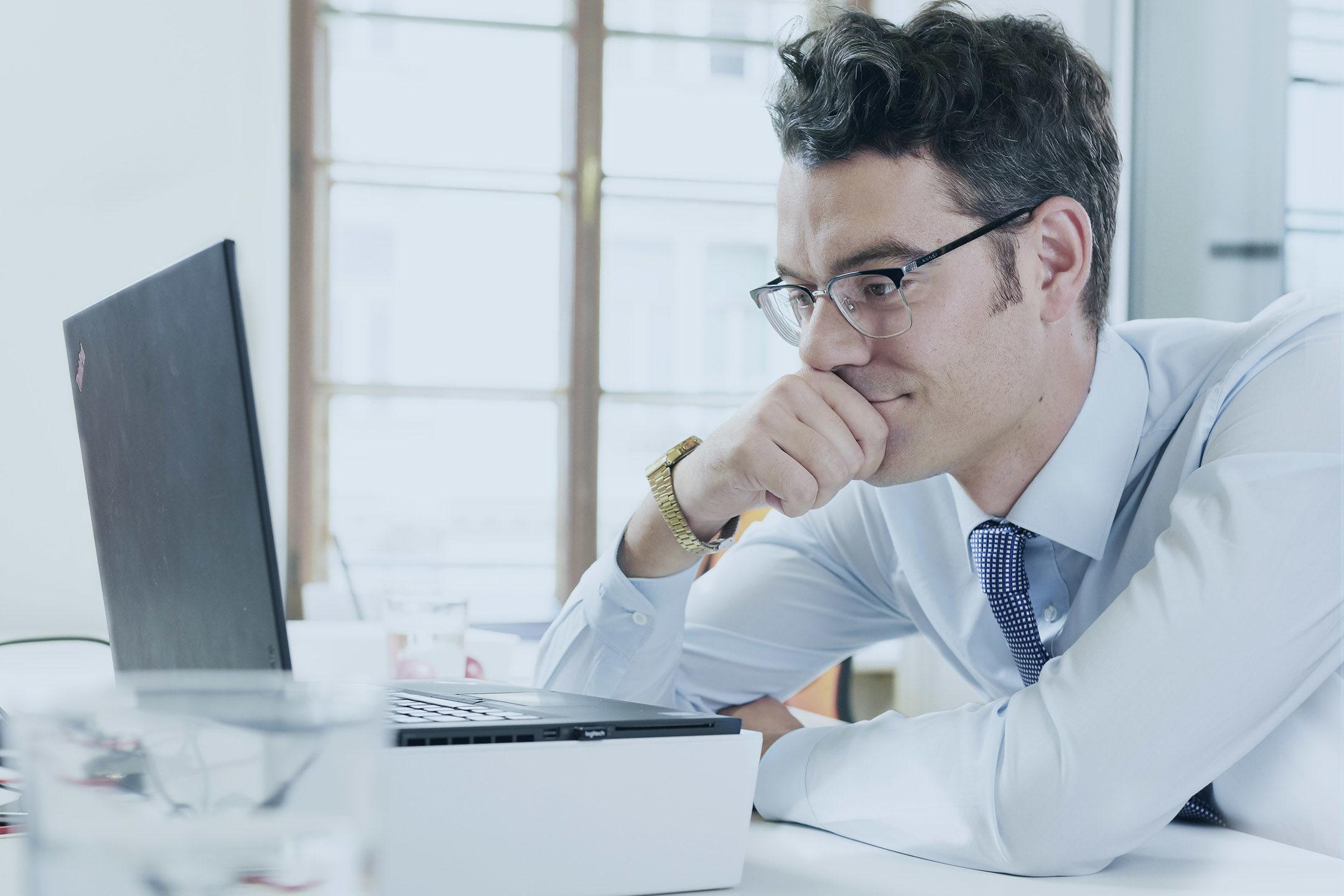 Consultant vor Computer